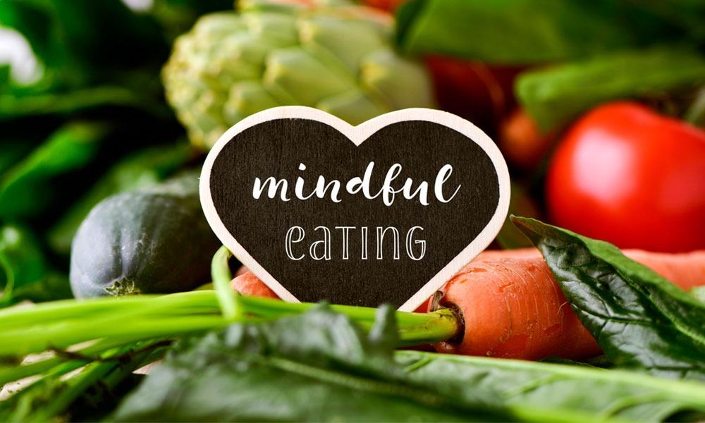Descubre los beneficios de seguir una alimentación consciente para controlar el hambre emocional