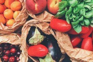 Las frutas y verduras aportan fibra, vitaminas y minerales que ayudan a regular las funciones metabólicas