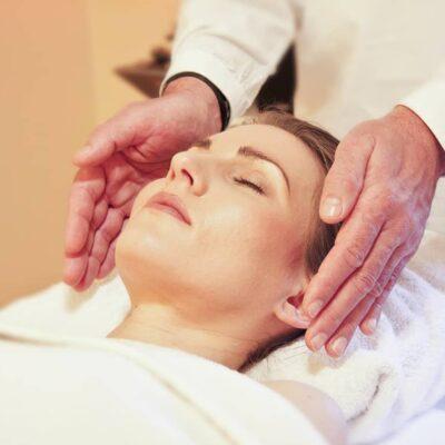 Descubre el Curso Reiki y especialízate en la técnica energética para promover el bienestar físico y mental.